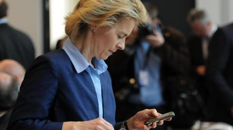 Blick aufs Handy: Der Untersuchungsausschuss zur Berateraffäre wird keinen Zugang mehr auf die SMS-Kommunikation von Ex-Verteidigungsministerin von der Leyen bekommen.