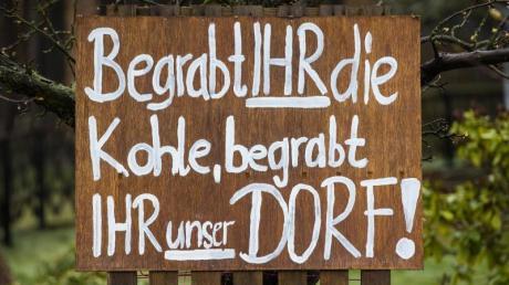 Protest in Mühlrose in der Lausitz: «Begrabt Ihr die Kohle, begrabt Ihr unser Dorf».