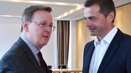 Thüringens Ministerpräsident Bodo Ramelow (l), hier imGespräch mit CDU-Landeschef Mike Mohring, will sich eigentlich Anfang Februar im Landtag wiederwählen lassen.