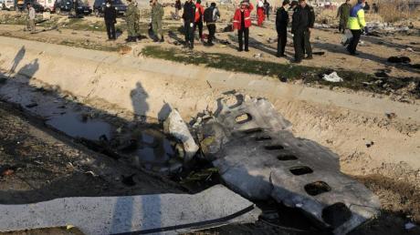 Trümmerteile der ukrainischen Passagiermaschine liegen am Absturzort bei Teheran.