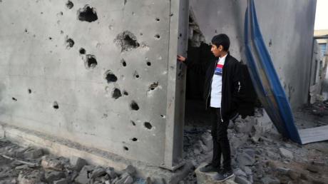 Ein libyscher Junge schaut auf ein zerstörtes Gebäude nach einem Luftangriff im Osten der Hauptstadt Tripolis.