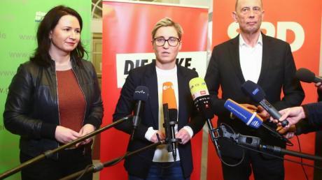 Thüringens Umweltministerin Anja Siegesmund (l-r) von Bündnis90/Die Grünen, die Linke-Fraktionsvorsitzende Susanne Hennig-Wellsow und Wirtschaftsminister Wolfgang Tiefensee (SPD) geben die Beendigung der Verhandlungen über eine Minderheitsregierung bekannt.