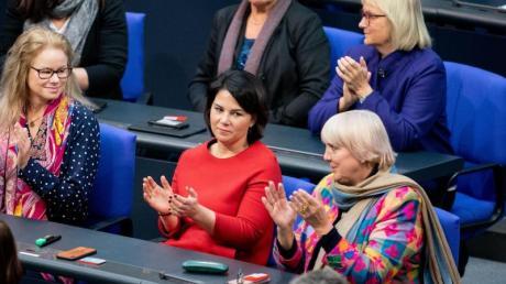 Zustimmung: Die Grünen-Fraktion mit Annalena Baerbock (M.) und Claudia Roth (r.) applaudieren nach der Abstimmung über neue Organspende-Regeln.