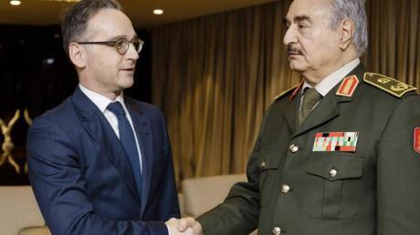 General Chalifa Haftar (r.), ein Hauptakteur im libyschen Bürgerkrieg, begrüßt Bundesaußenminister Heiko Maas in seinem Hauptquartier.