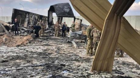 US-Soldaten und Journalisten inspizieren die Trümmer auf dem US-Stützpunkt Ain al-Assad.