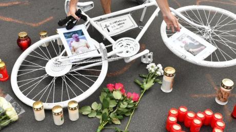 Er starb, weil ein Fahrer die Autotür aufriss, ohne auf den Verkehr zu achten: Radfahrer gedenken in Berlin eines verstorbenen Radfahrers.