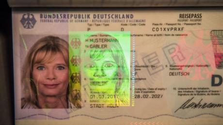 Nach Angaben aus dem Innenministerium sind deutschen Sicherheitsbehörden drei Fälle von gemorphten Lichtbildern in Reisedokumenten bekannt - in einem Fall ging es um einen deutschen Reisepass.