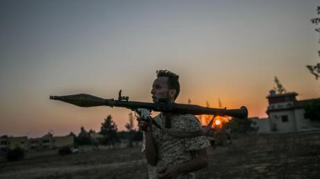 Ein bewaffneter Kämpfer der international anerkannten Regierung in Tripolis.