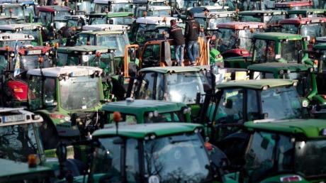 Nach der Großdemonstration fränkischer Bauern in Nürnberg gibt es Ärger um Nazi-Banner an einzelnen Traktoren.