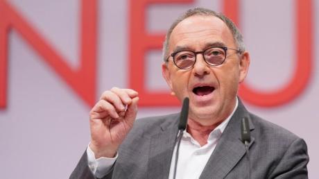 SPD-Chef Norbert Walter-Borjans fordert eine Ausweitung der geplanten Grundrente über den Koalitionskompromiss hinaus.