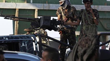 Soldaten, die zur jemenitischen Regierung gehören, bei einer Patrouille durch die Stadt Aden.