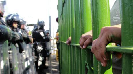 Mittelamerikanische Migranten versuchen, die Grenze zwischen Mexiko und Guatemala illegal zu überqueren.