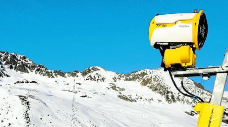 Ohne Schneekanonen geht in zahlreichen Skigebieten nichts. Doch vielerorts gibt es über die dafür nötigen Speicherseen Streit.