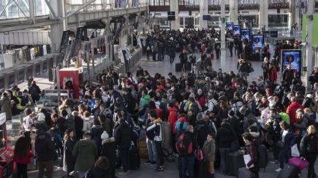 Reisende warten am Pariser Bahnhof Gare de Lyon. Ab Montag könnte sich die Situation im französischen Nahverkehr wieder beruhigen.