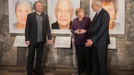 Der Künstler Martin Schoeller (l), der Holocaust-Überlebende Naftali Fürst und Bundeskanzlerin Angela Merkel (CDU) bei der Eröffnung der Ausstellung «Survivors - Faces of Life after the Holocaust» in Essen.