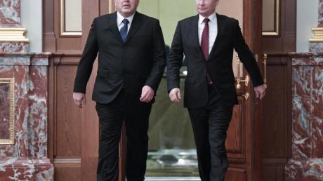 Michail Mischustin (l) hat im Beisein von Wladimir Putin sein neues Kabinett vorgestellt.