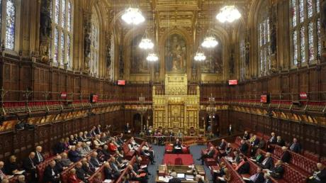 Im britischen Oberhaus wird der Gesetzentwurf zum Austritt Großbritanniens aus der Europäischen Union diskutiert.