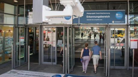 Bodenaufkleber weisen 2017 am Bahnhof Südkreuz während einer Testphase auf Erkennungsbereiche zur Gesichtserkennung hin.