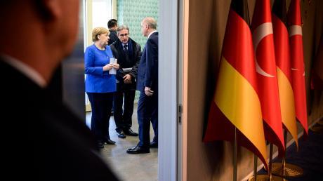 Bundeskanzlerin Angela Merkel und der türkische Präsident Recep Tayyip Erdogan unterhalten sich vor der Pressekonferenz.