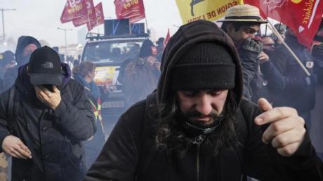 Im Tränengasnebel: Demonstranten während eines Protestes gegen die geplanten Rentenreformen in Frankreich.