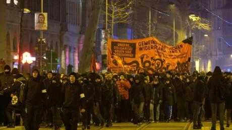 Mehrere hundert Menschen protestierten gegen das Indymedia-Verbot.