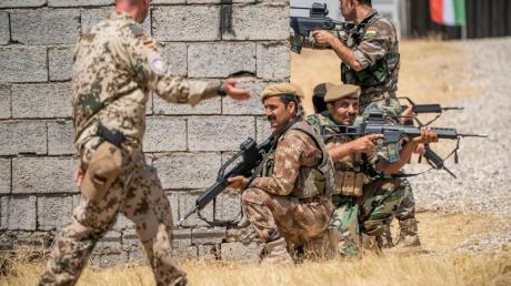 Ein Bundeswehrsoldat begeleitet die Ausbildung kurdischer Peschmerga in Erbil.