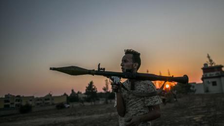 Ein Anhänger der libyschen Regierung bei Kämpfen um Tripolis im vergangenen August.