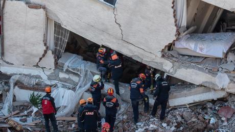 Als hätte die Naturgewalt es einfach nach oben geklappt: Auch in diesem Gebäude in Elazig suchen Retter nach Überlebenden.