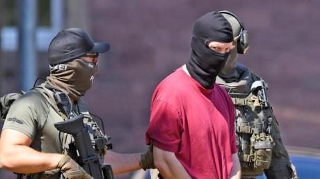 Stephan E., Tatverdächtiger im Fall Lübcke, wird nach einem Haftprüfungstermin beim Bundesgerichtshof zu einem Hubschrauber gebracht (Archiv).
