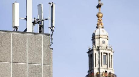 Mobilfunkmasten sind vor der St. Paul's Cathedral in der Londoner Innenstadt zu sehen. Der chinesische Telekomriese Huawei darf sich am 5G-Ausbau in Großbritannien beteiligen.
