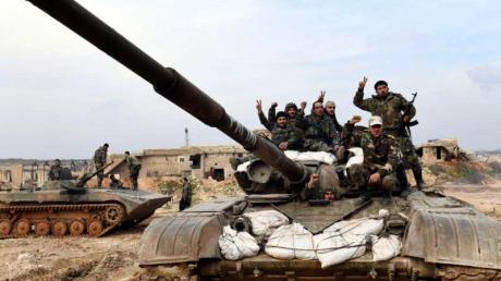 Syrische Soldaten zeigen das «Victory»-Zeichen. Die syrische Armee hat eine wichtige Stadt in der Rebellenhochburg Idlib eingenommen.