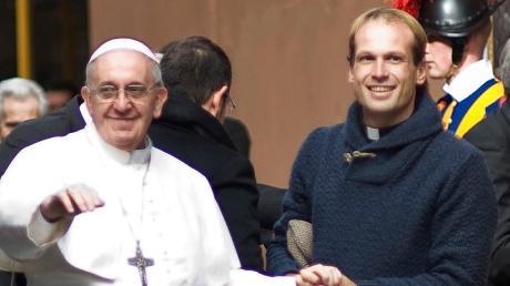 Papst Franziskus mit seinem neuen Privatsekretär Gonzalo Aemilius.