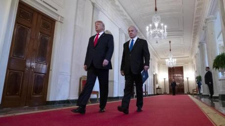 Donald Trump (l) und Benjamin Netanjahu gehen in den Ostsaal des Weißen Hauses. In seinem Nahost-Plan sieht der US-Präsident eine Zwei-Staaten-Lösung für Israel und die Palästinenser vor.