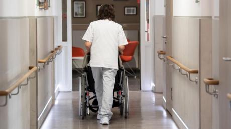 Der Pflegebevollmächtigte der Bundesregierung will das Pflege-System verbessern und macht Vorschläge - die stoßen auf wenig Resonanz.