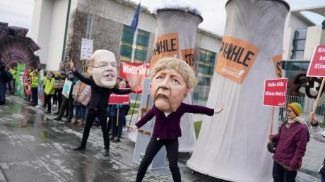 Aktivisten protestieren verkleidet als Angela Merkel und Peter Altmaier vor dem Bundeskanzleramt gegen den Zeitplan für den Kohleausstieg.