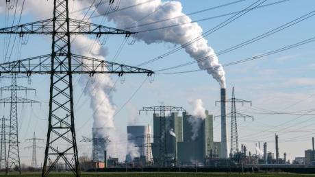 Für Anlagen wie das Braunkohlekraftwerk Schkopau in Sachsen-Anhalt sieht das Gesetz einen Fahrplan für den Ausstieg vor. In Schkopau soll 2034 Schluss sein.