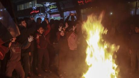 Palästinensische Kinder versammeln sich um brennende Reifen bei einem Protest im Flüchtlingslager Jabalia im nördlichen Gazastreifen gegen den Nahost-Plan von US-Präsident Trump.
