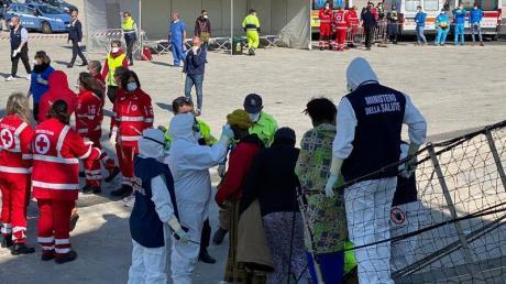 Mirganten verlassen im Hafen von Pozzallo auf Sizilien das Rettungsschiff «Open Arms».