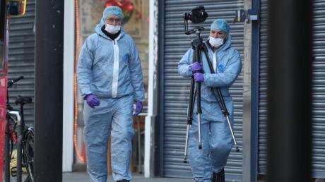 Gerichtsmediziner untersuchen am Tag nach dem Angriff den Tatort in London.