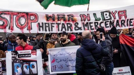 Demonstranten fordern während der Libyen-Konferenz im Januar Frieden in dem nordafrikanischen Land.