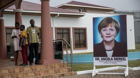 2018 in Accra, Ghana: Ein Plakat weist auf den Besuch von Bundeskanzlerin Angela Merkel hin.