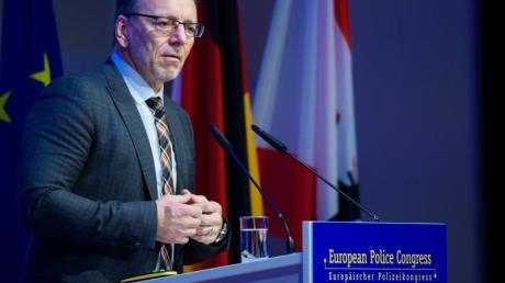 BKA-Präsident Holger Münch geht davon aus, dass die Zahl der gewaltbereiten Gefährder aus dem Lager der Rechtsextremisten höher ist als angenommen.