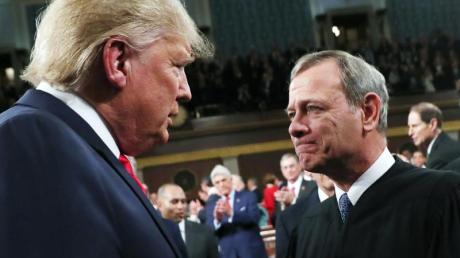 Donald Trump begrüßt im Kongress den Obersten Richter der USA, John Roberts, der auch das Amtsenthebungsverfahren gegen den US-Präsidenten leitete.