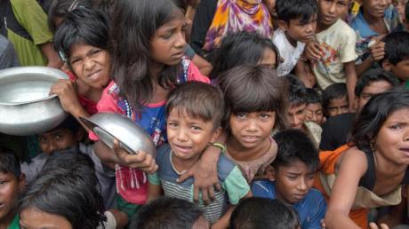 Kinder der muslimischen Rohingya-Minderheit warten auf Essensrationen.