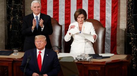 Ein Akt, der die Zerrissenheit der amerikanischen Nation eindrücklicher kaum zeigen könnte: Nancy Pelosi (rechts), demokratische Vorsitzende des Repräsentantenhauses, zerreißt das Manuskript der Rede zur Nation von US-Präsident Donald Trump, nachdem dieser seine Ansprache gehalten hat.
