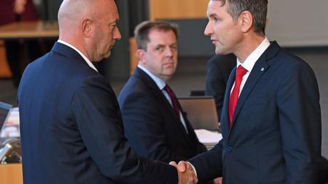 Umstrittener Handschlag: Björn Höcke (rechts) gratuliert Thomas Kemmerich.