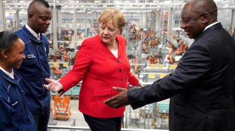Angela Merkel und Cyril Ramaphosa (r) beim Besuch des BMW-Werks bei Pretoria.