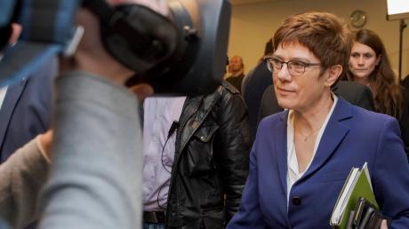 Alle Blicke ruhen auf Annegret Kramp-Karrenbauer. Eine Reihe von Fehleinschätzungen führt zum Chaos in Thüringen. Es wieder aufzulösen, ist kompliziert.