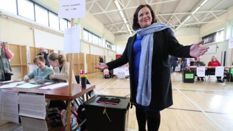 """Mary Lou McDonald ist  Vorsitzende der Sinn Féin (zu deutsch: """"Wir allein""""). Die Partei wurde in Irland laut vorläufigen Ergebnissen stärkste Kraft."""
