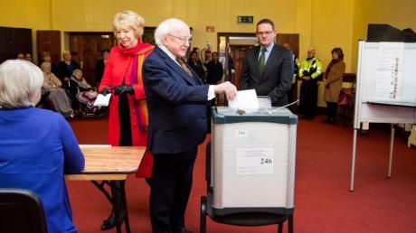 Der irische Präsident Michael D. Higgins gibt in einem Wahllokal seine Stimme ab.